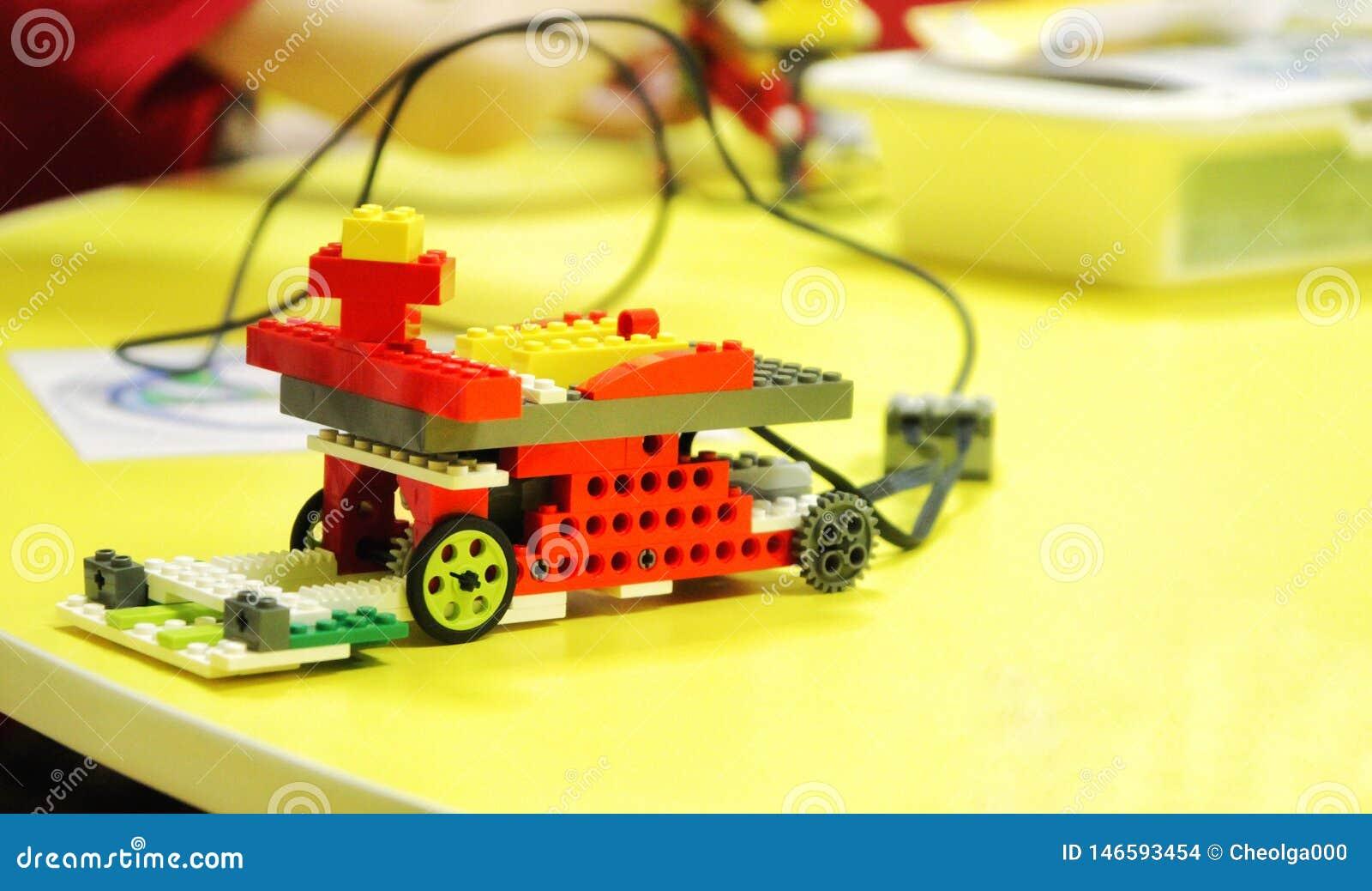 De auto van de ontwerper van de kinderen met beheer robotica