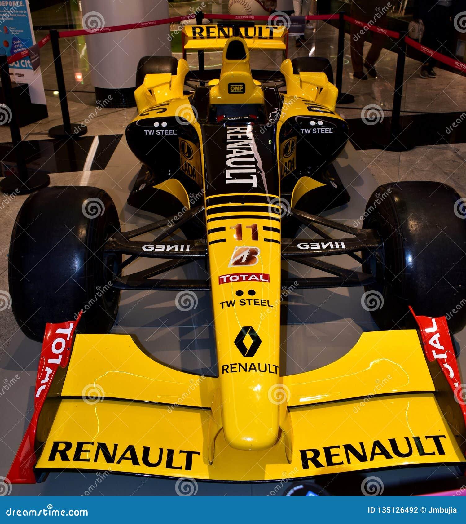 De auto van Renault R30 Formule 1 door Robert Kubica in een wandelgalerij wordt gedreven die