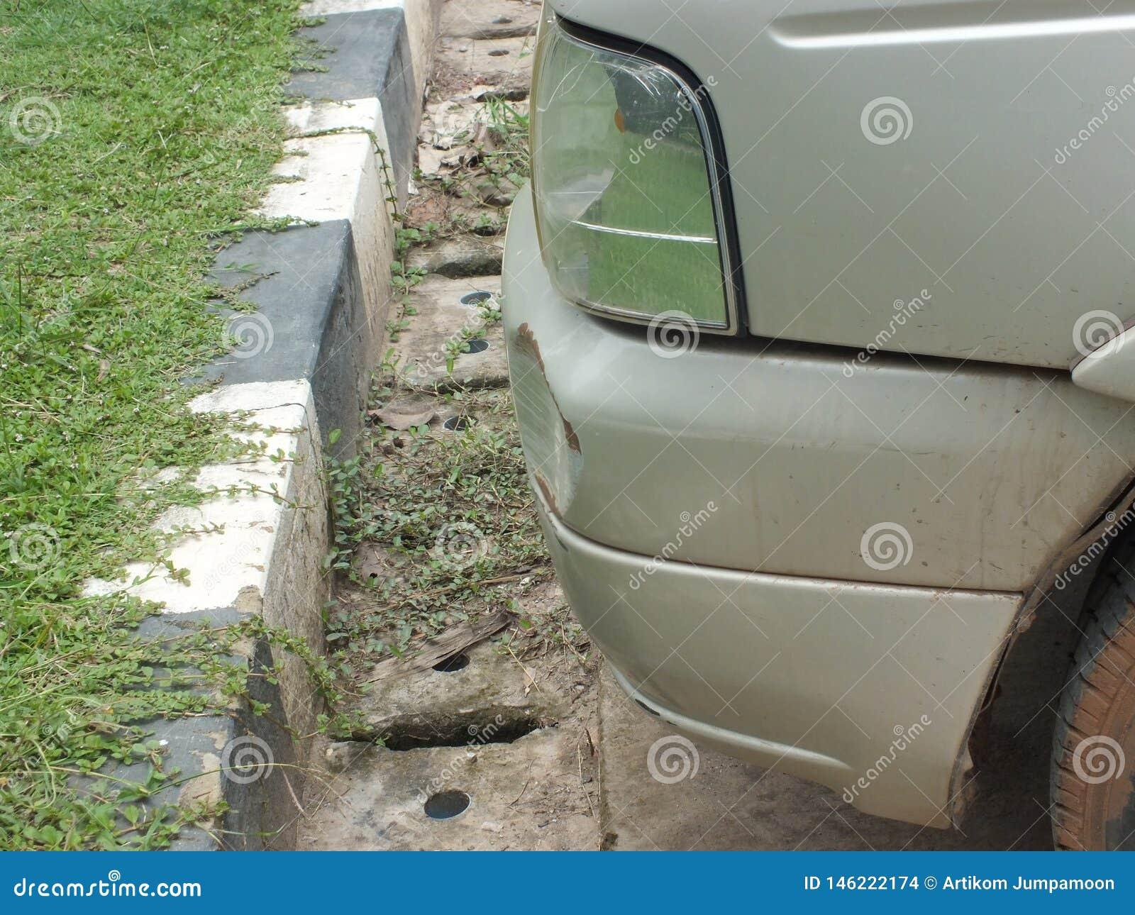 De auto werd geraakt door een ongeval wegens schuring of het instorten Zou moeten worden hersteld
