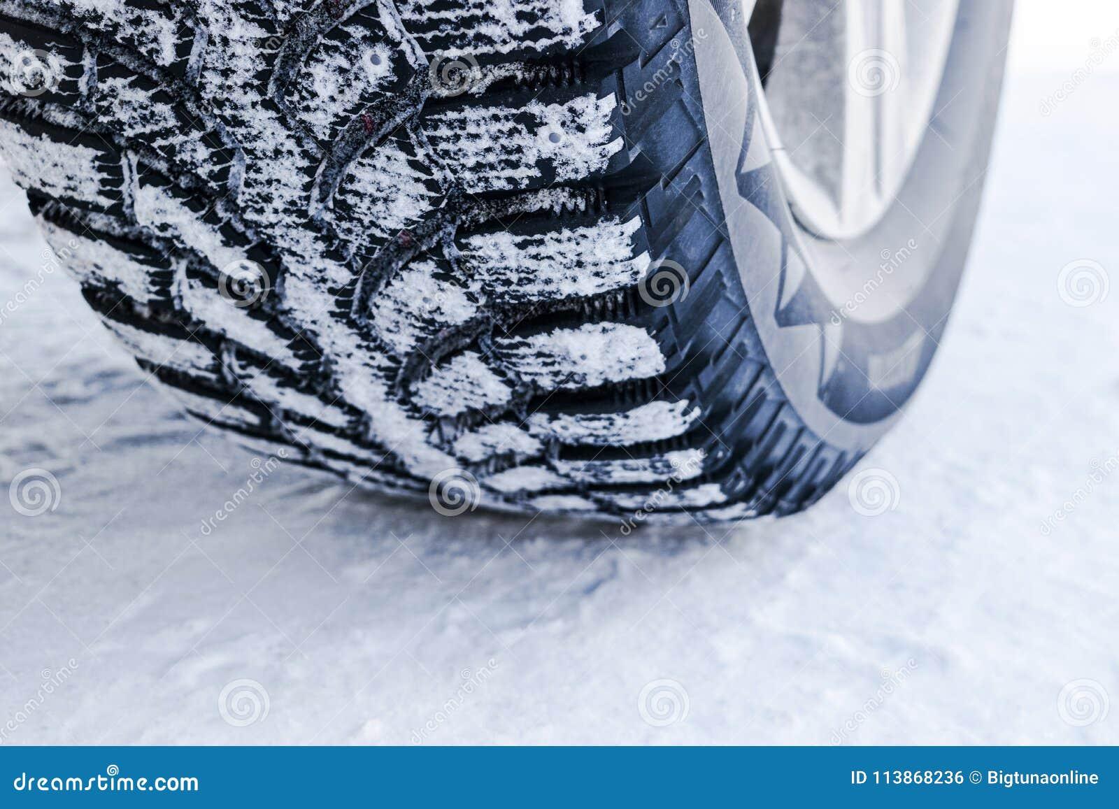 De autoband in sneeuw dichte omhooggaand De sporen van de auto op de sneeuw Sporen van de auto in de sneeuw De winterbanden Bande