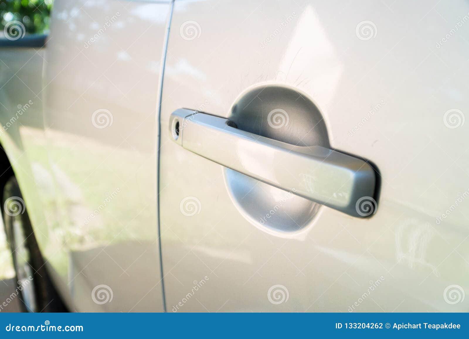 De autodeur is gekrast