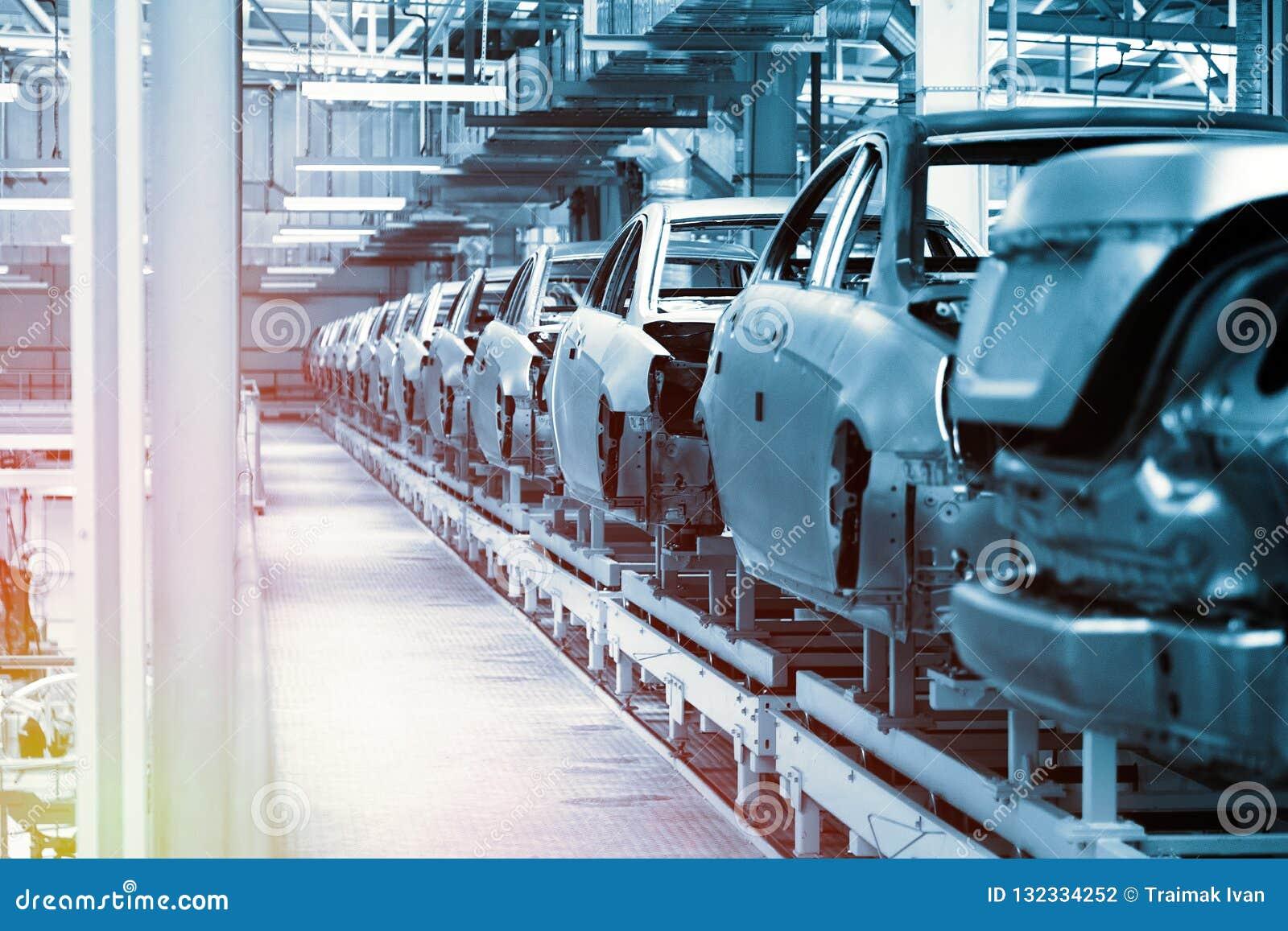 De autoorganismen zijn op lopende band Fabriek voor productie van auto s in blauw De moderne automobielindustrie Blauwe toon