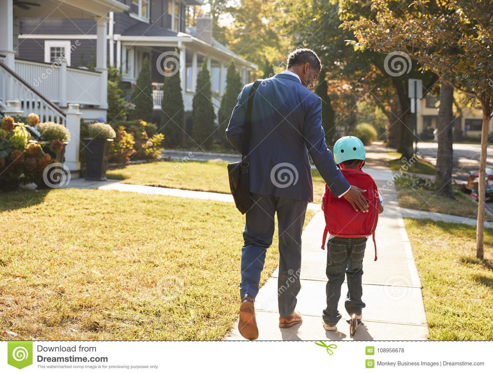 De Autoped van Walking Son On van de zakenmanvader aan School