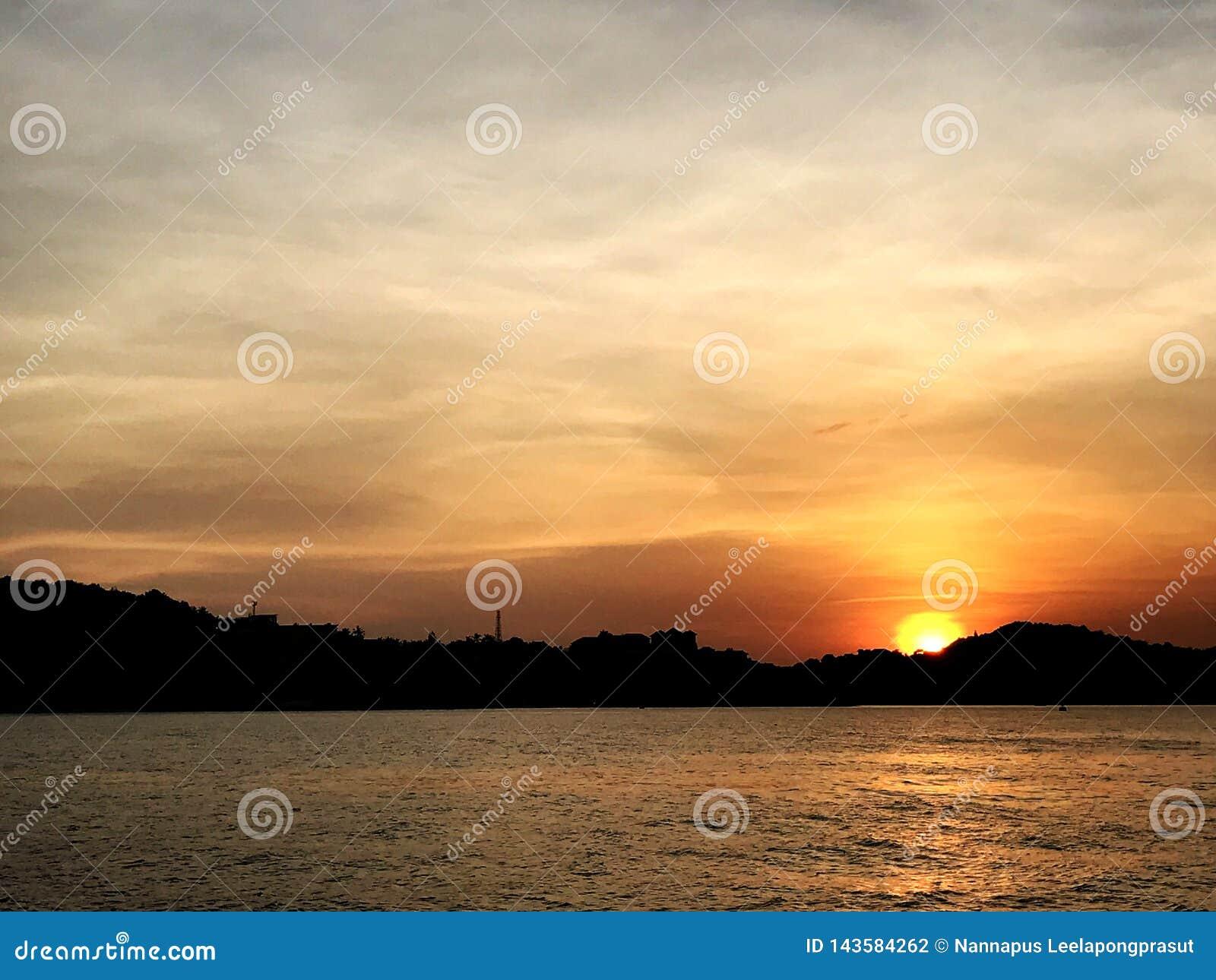 In de avond overzeese zonsonderganghemel