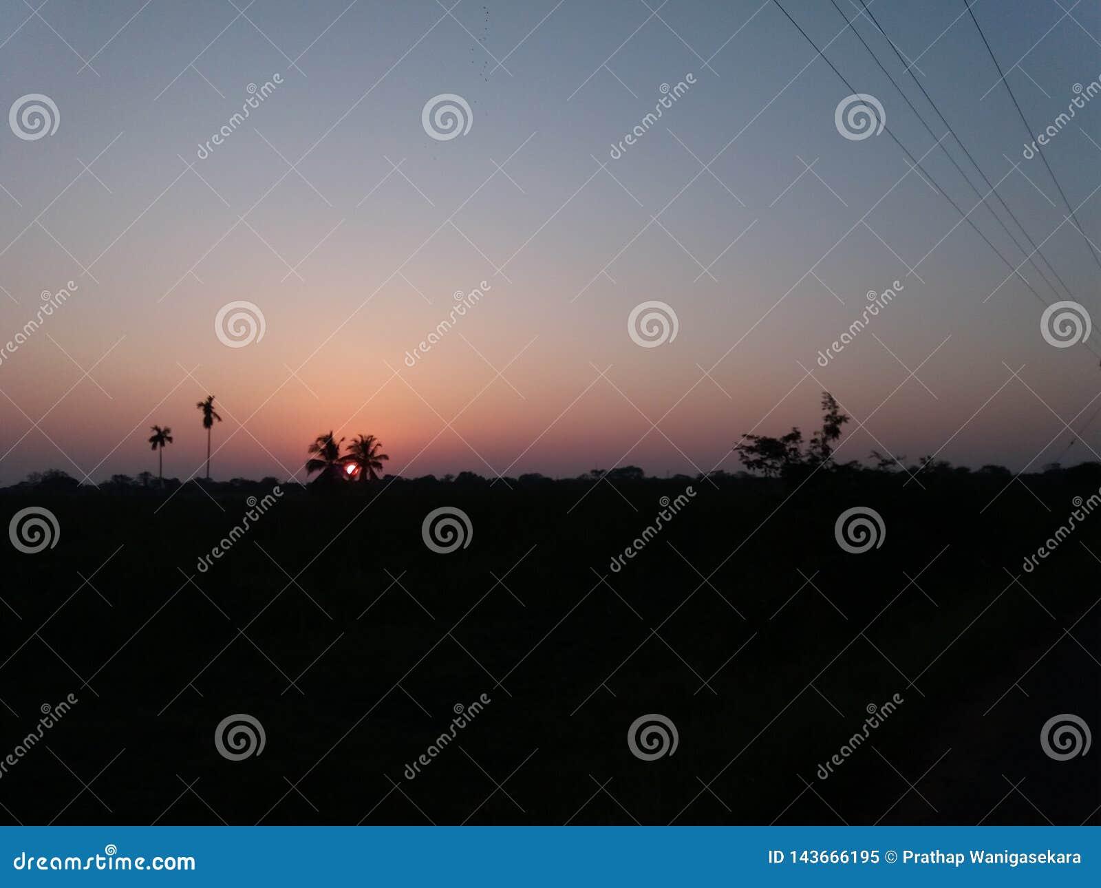 De avondzon en de sombere nachthemel