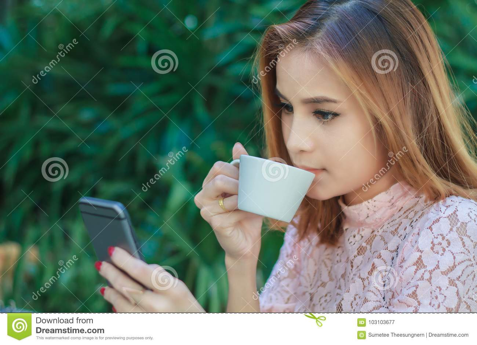 De Aziatische bedrijfsvrouw werkt mobiel gebruiken en aanrakings slimme pho