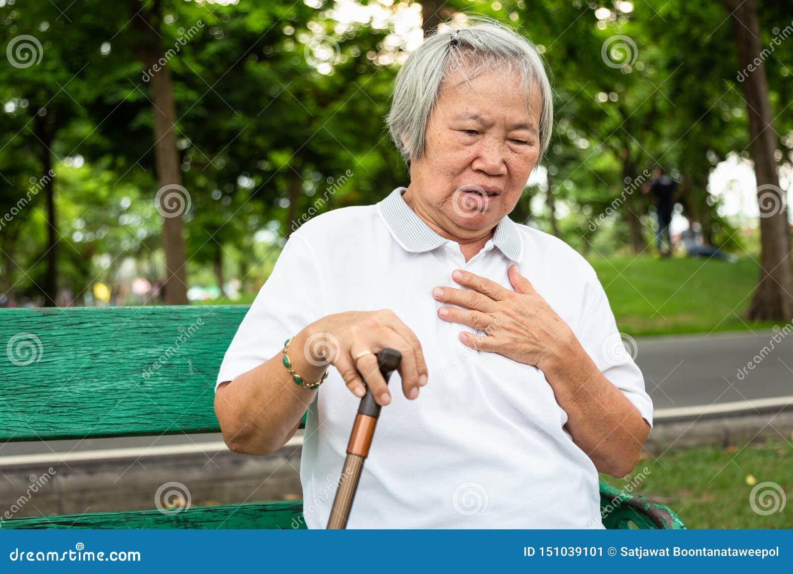 De Aziatische bejaarde mensen met bepaalde symptomen, moeilijkheid die, het lijden of hartproblemen, delen de symptomen van hart