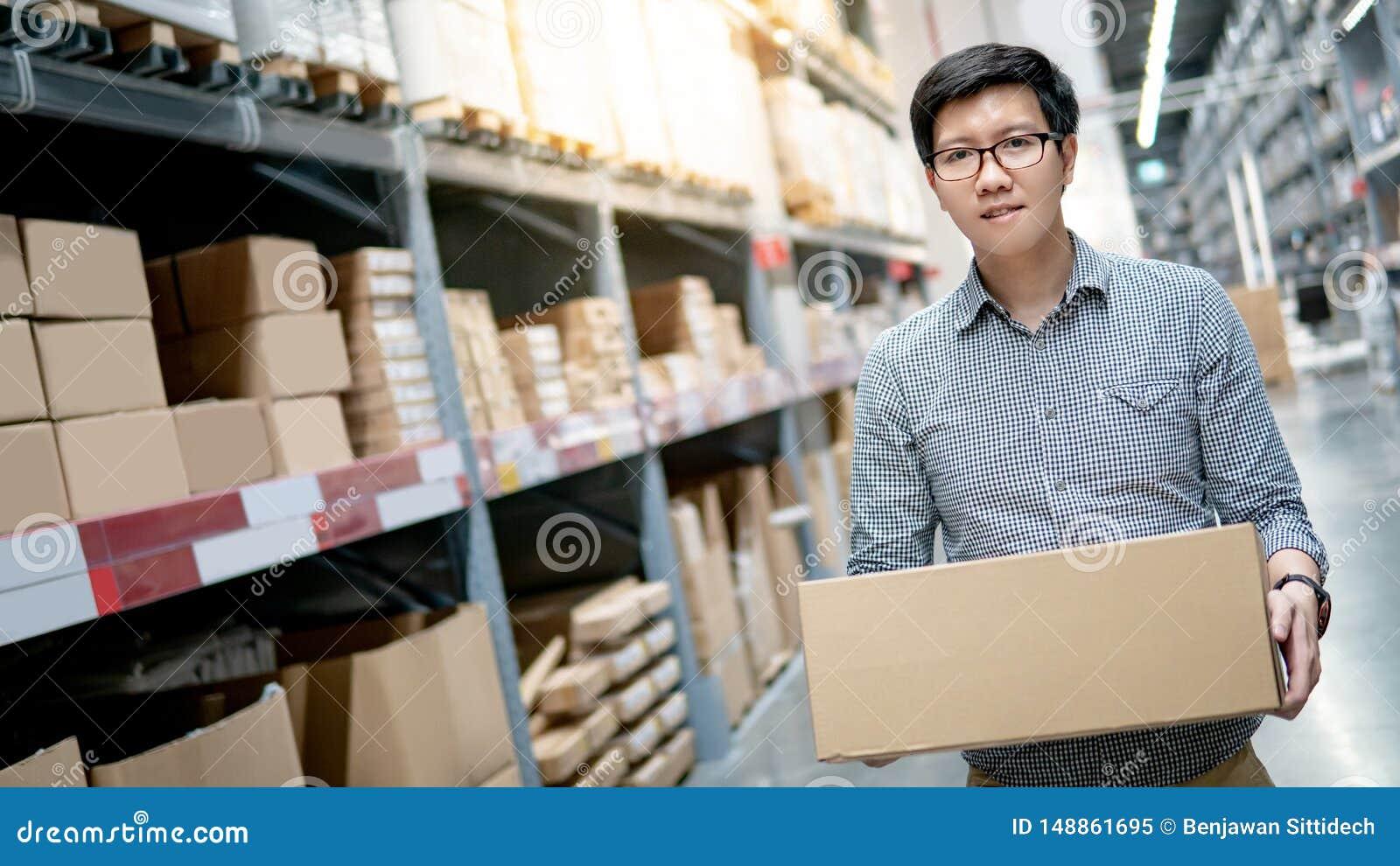 De Aziatische doos van het mensen dragende karton in pakhuis