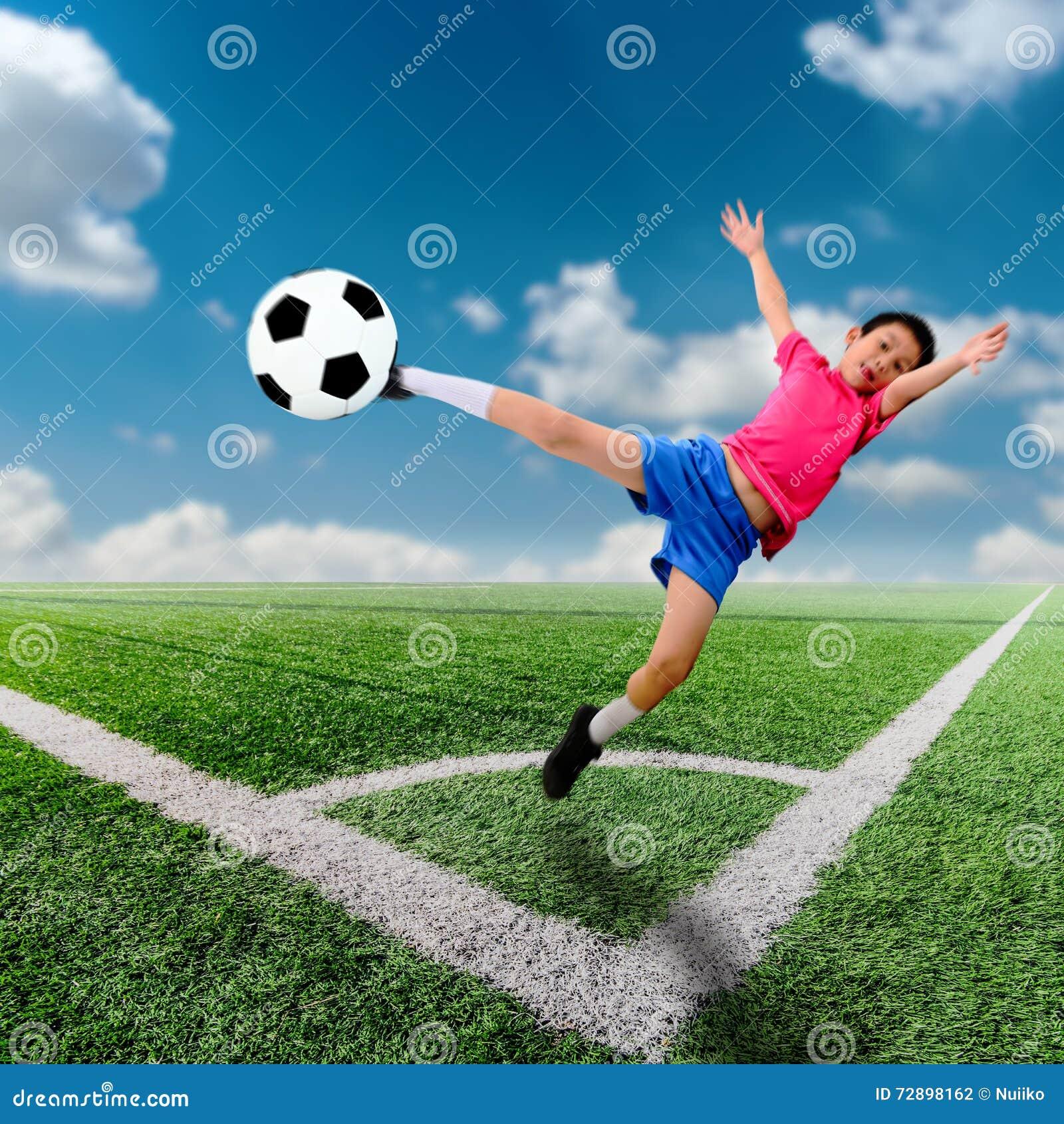 De aziatische jongen van het motieonduidelijke beeld met voetbalbal bij voetbal stock foto - De kamer van de jongen ...
