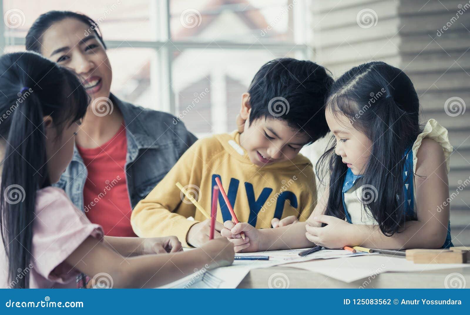 De Aziatische kinderen van het Leraarsonderwijs in het klaslokaal van de kleuterschoolkunst