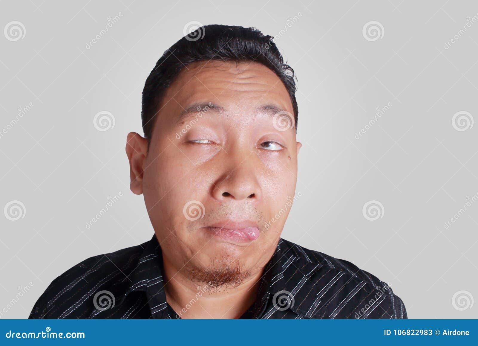 De Aziatische Mens toont Belachelijke Gedronken Gelaatsuitdrukking