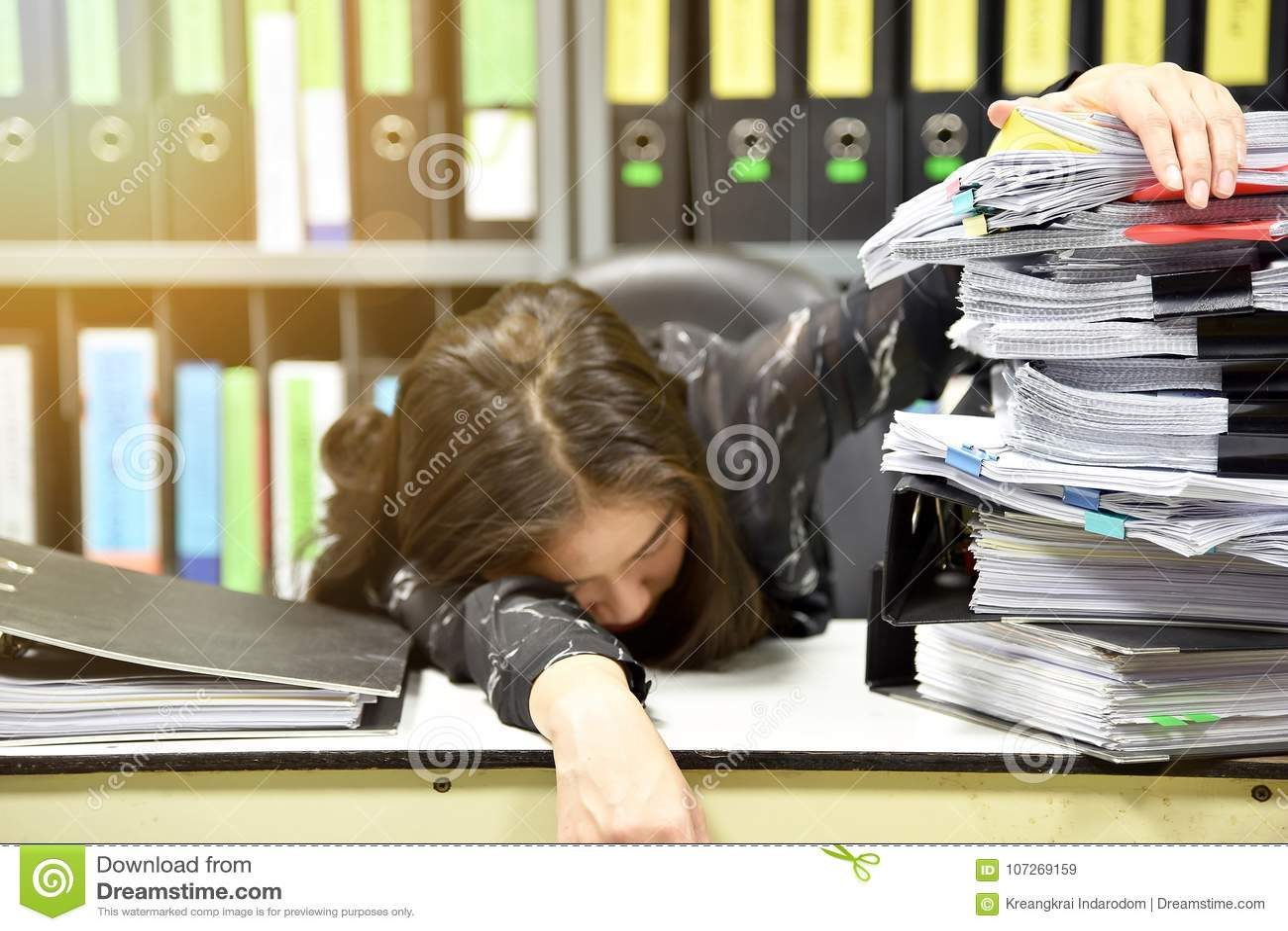 De Aziatische slaap van de arbeidersvrouw op de werkplaats, vermoeide vrouw in slaap van hard het werken, Partij van het werk,