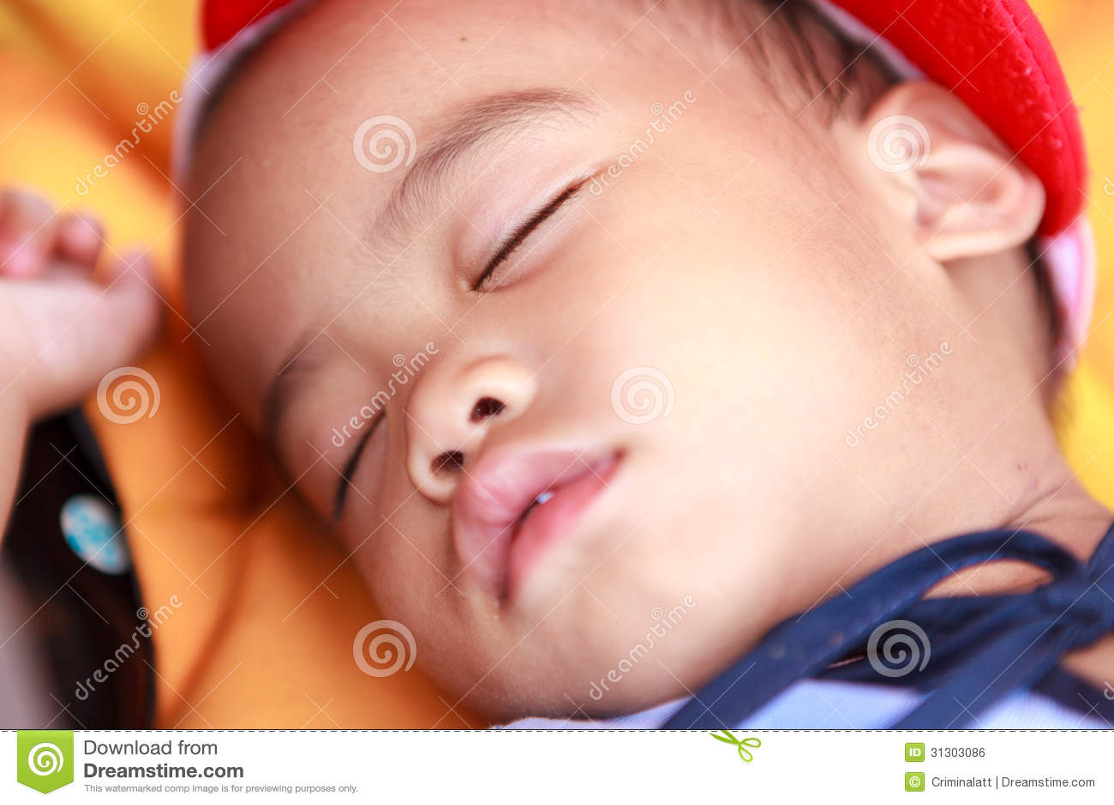 De Aziatische slaap van het babymeisje