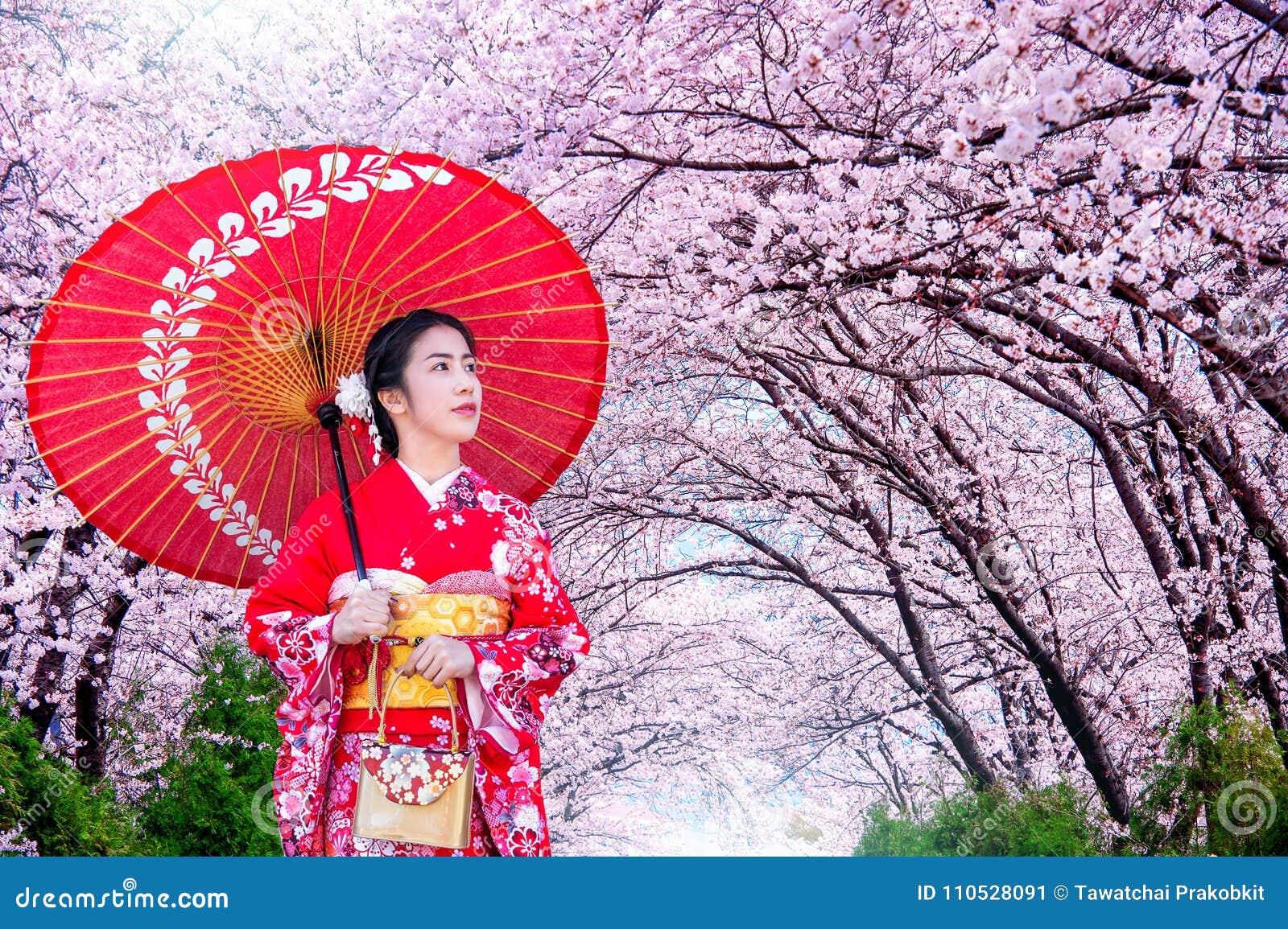 De Aziatische vrouw Japanse traditionele kimono dragen en de kers die komen in de lente, Japan tot bloei