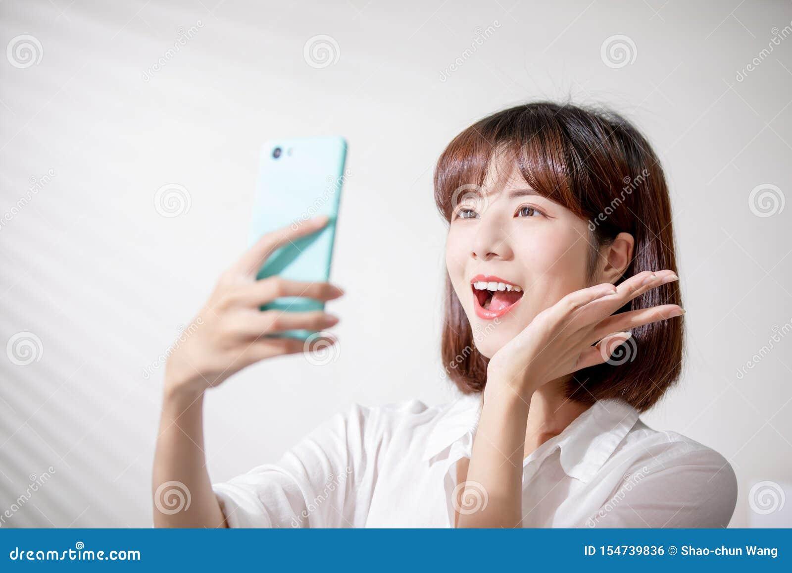 De Aziatische vrouw neemt selfie