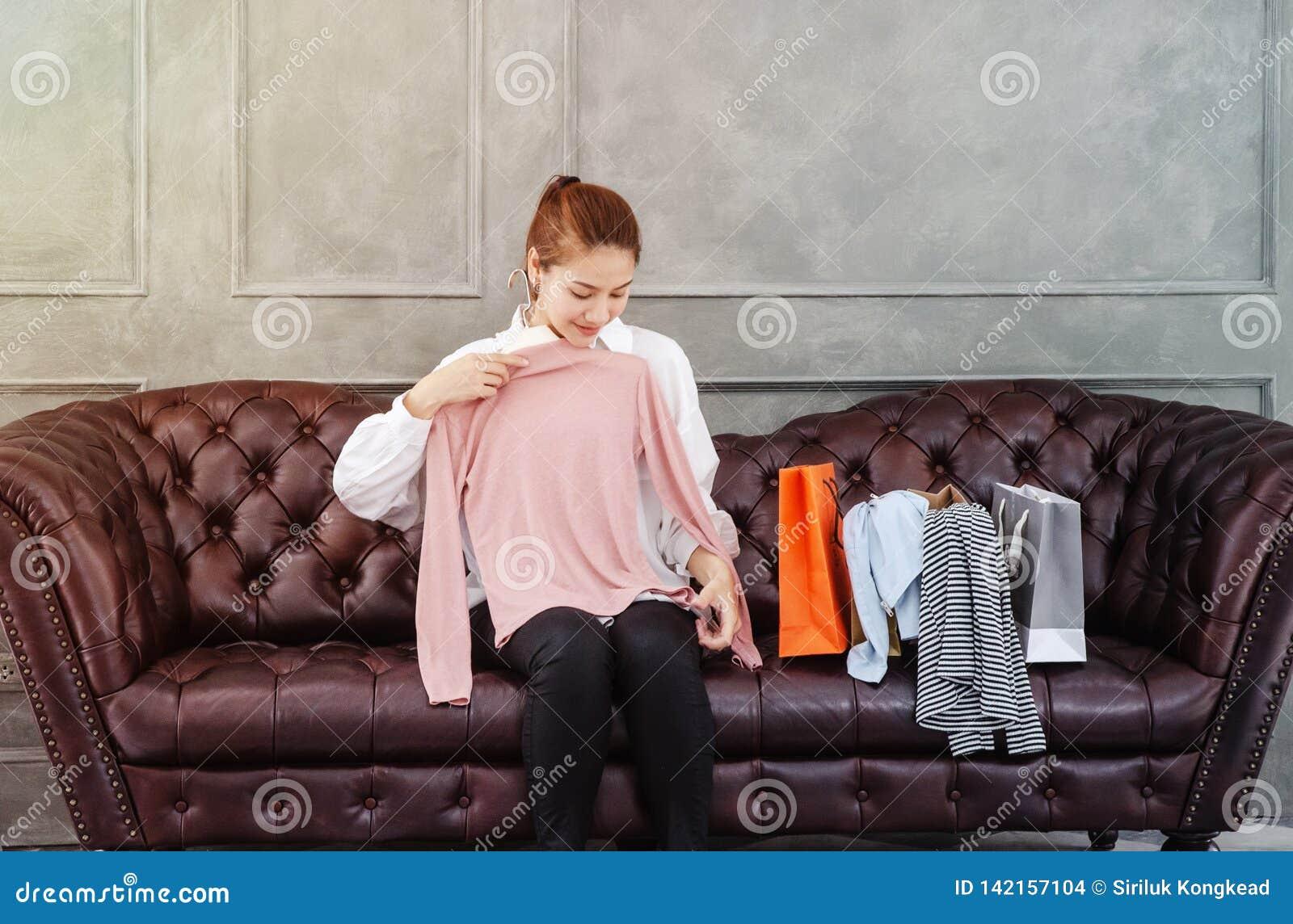 De Aziatische vrouwen proberen roze overhemden