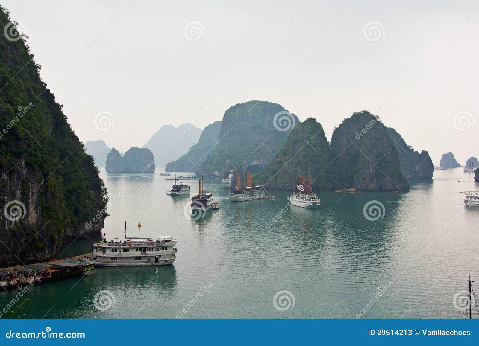 De baai van Halong in de ochtend, Vietnam