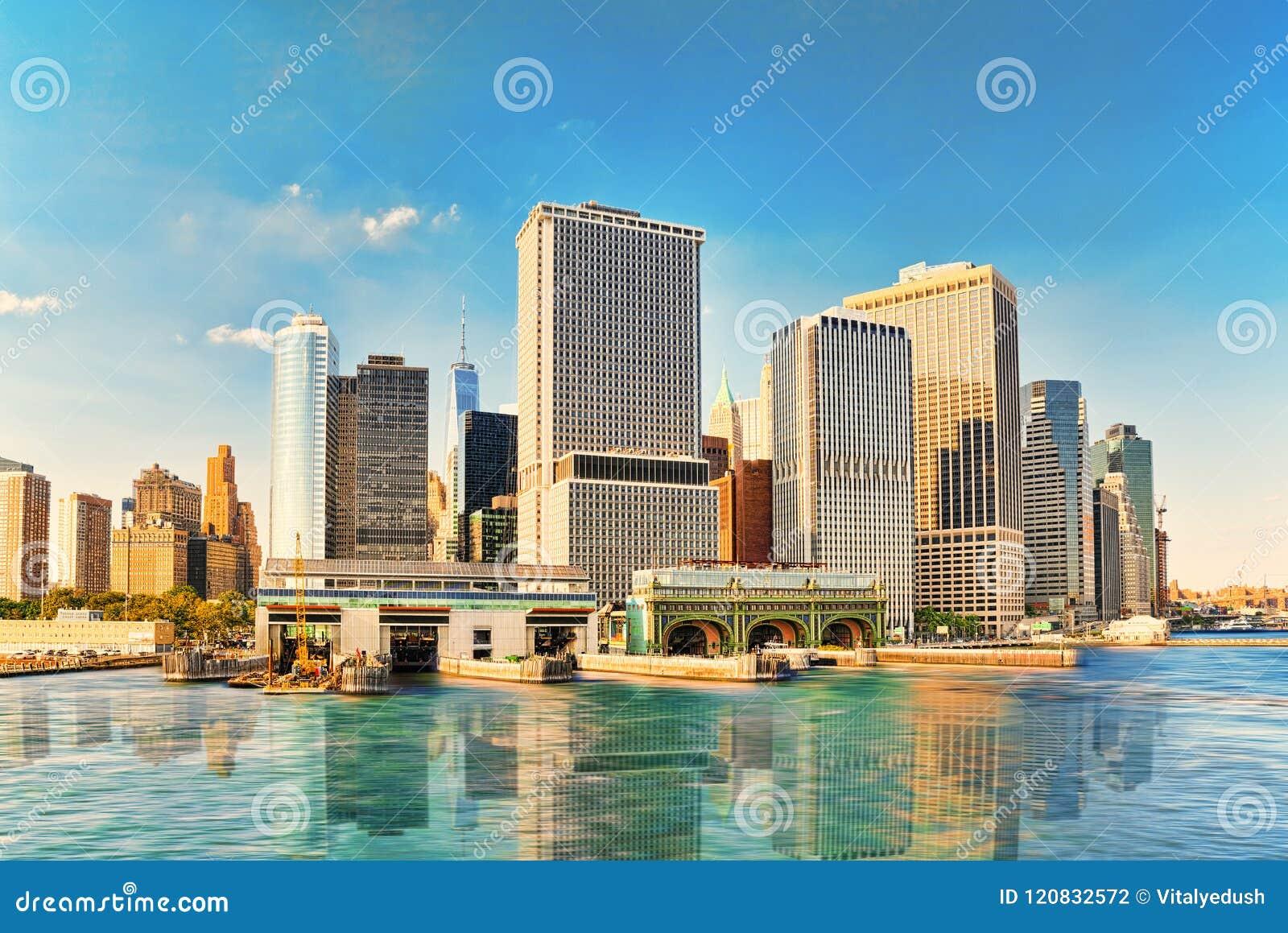 De baai van meningshudson aan Lower Manhattan en Staten Island Ferry-termi