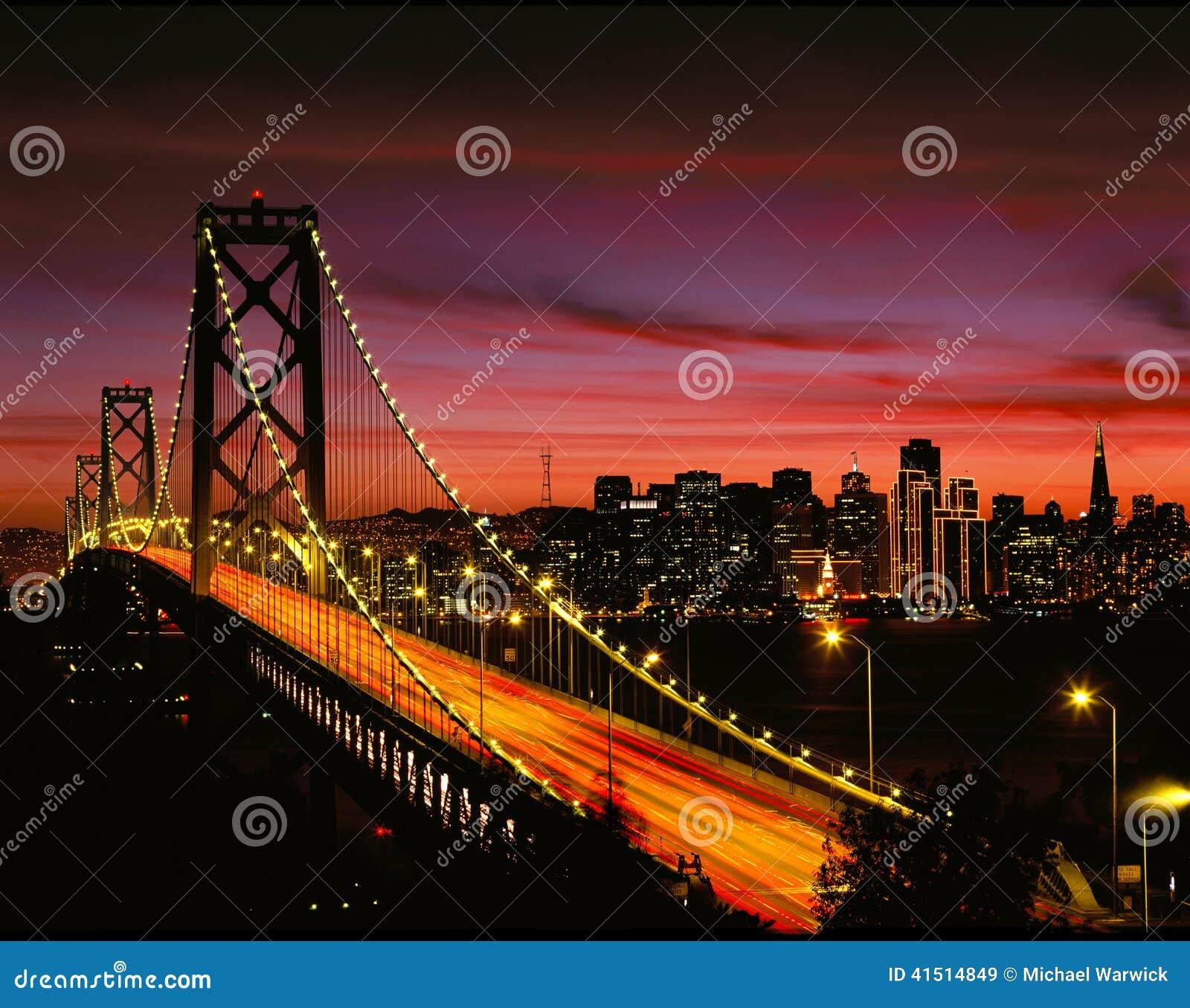 De baaibrug van San Francisco bij nacht