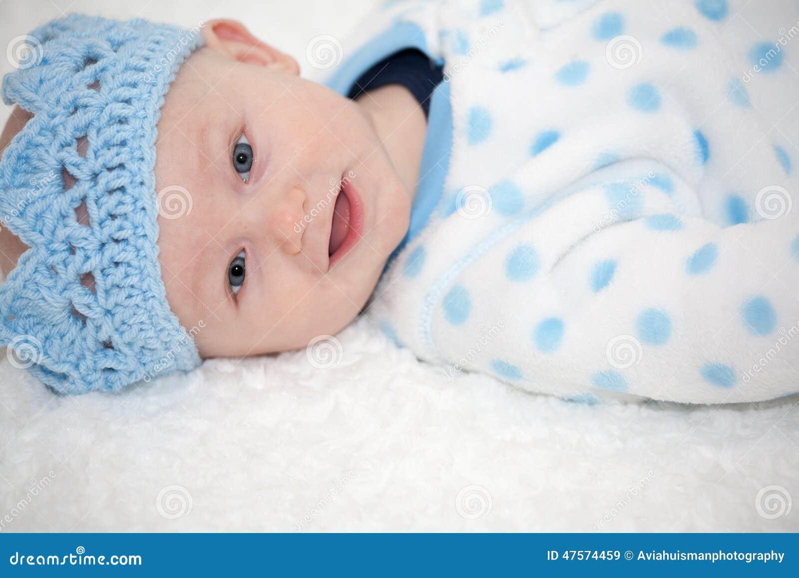 De baby die Blauw dragen breit Kroon