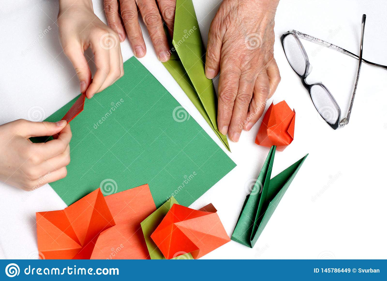 De baby en de oma maken origami