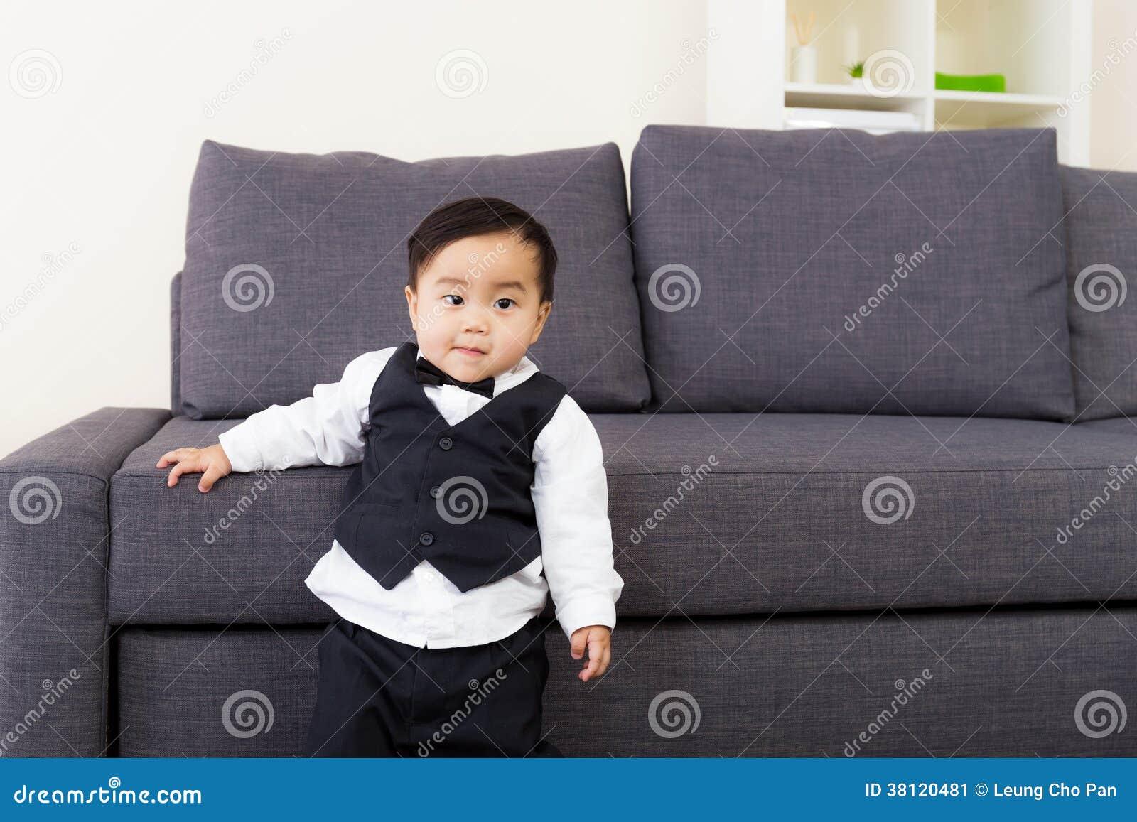 De baby kleedde zich in een kostuum