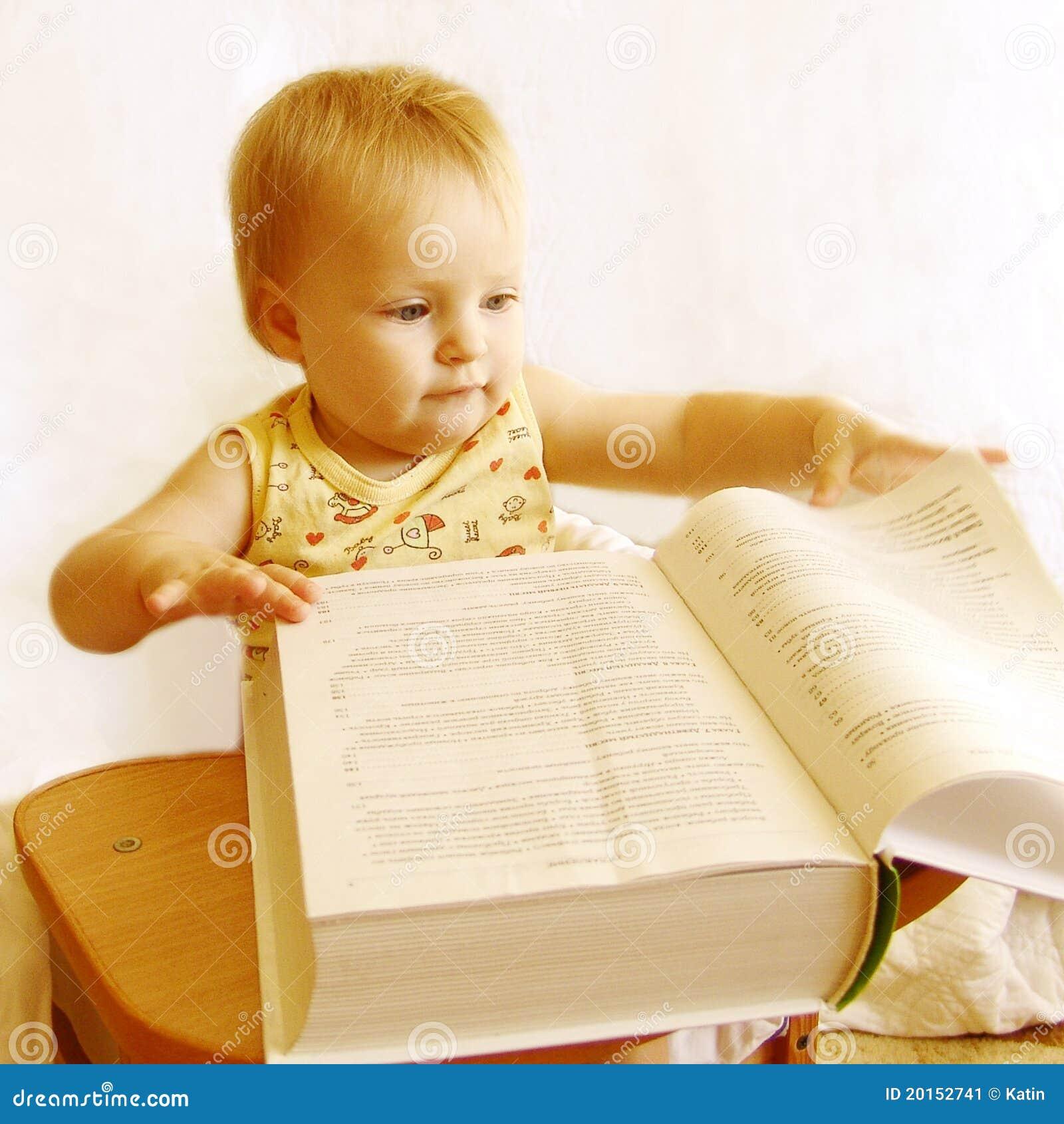 De baby leest het boek stock afbeelding afbeelding 20152741 - Bereik kind boek ...