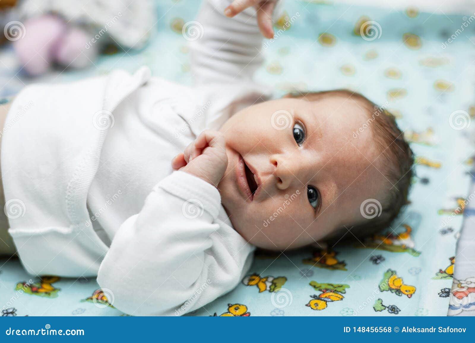 De baby ligt op de veranderende lijst