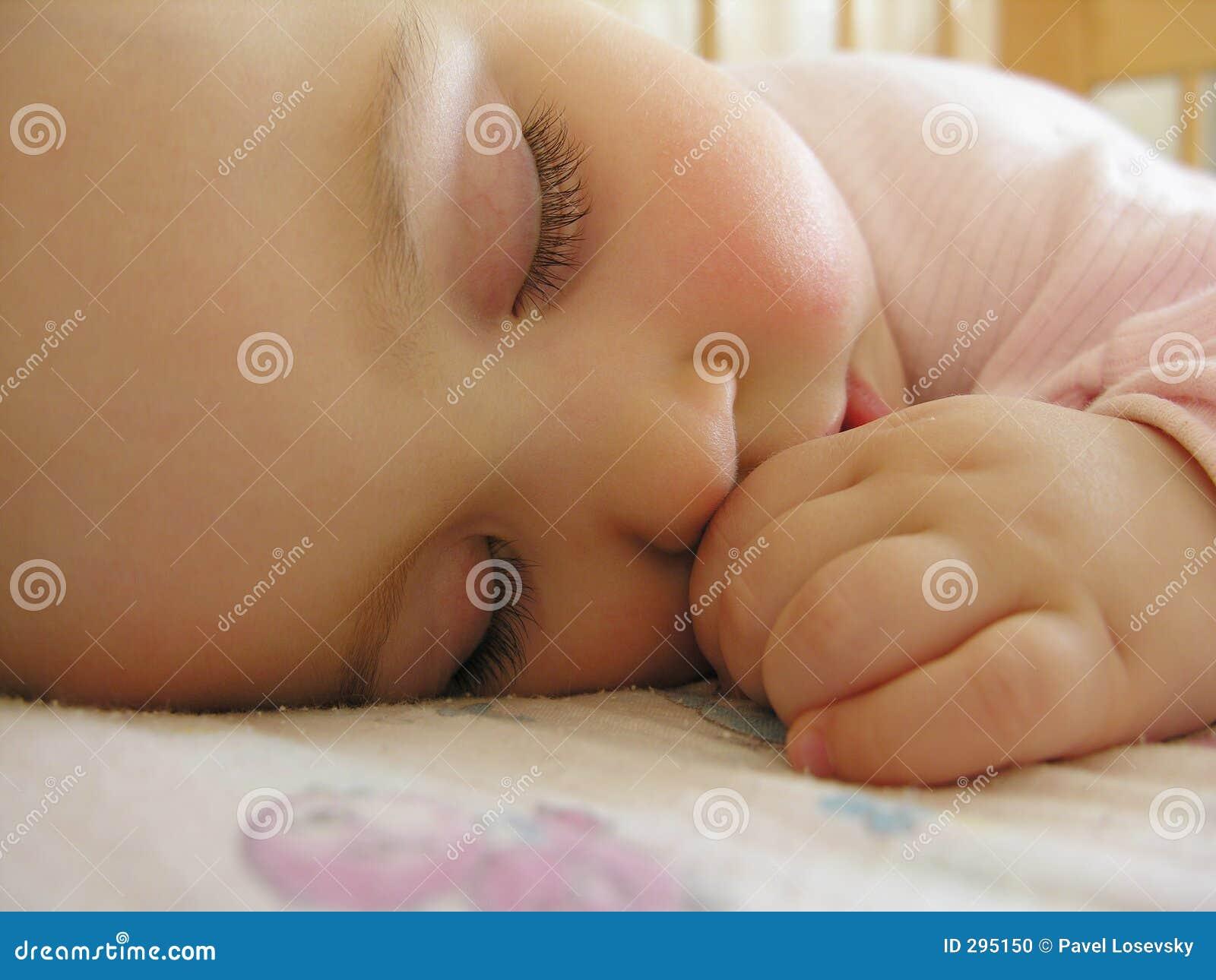 De baby van de slaap met hand