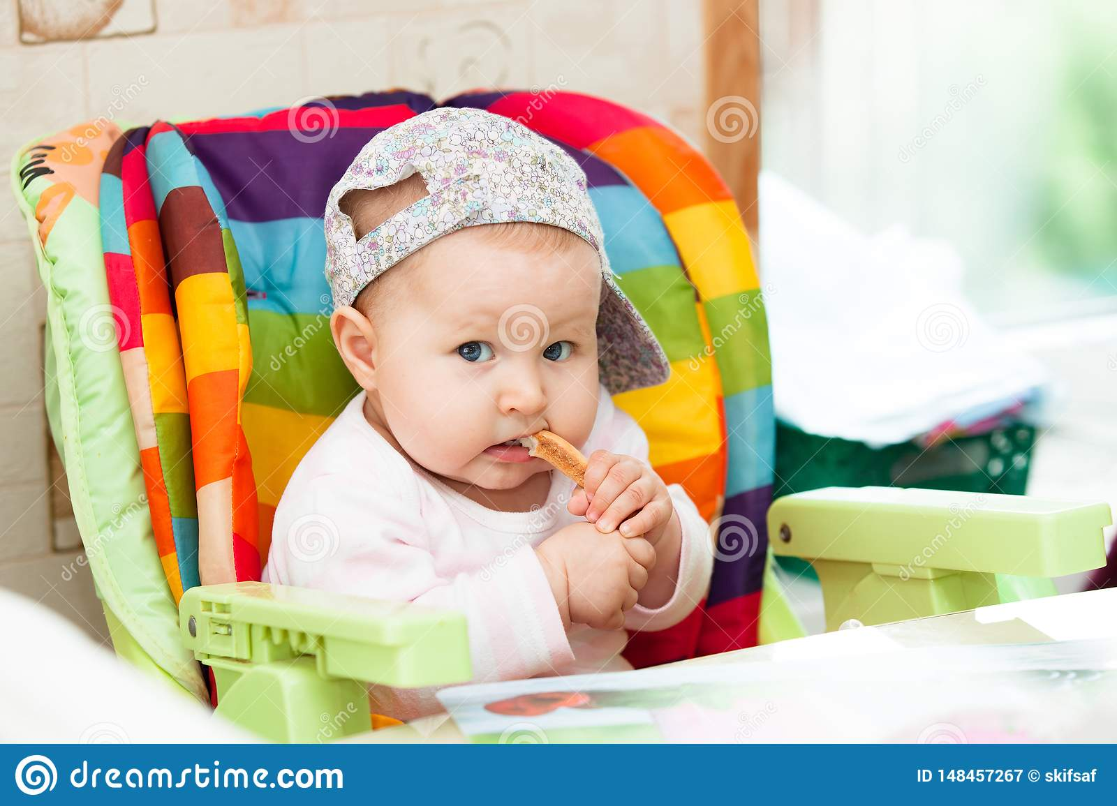 De baby zit in highchair en eet