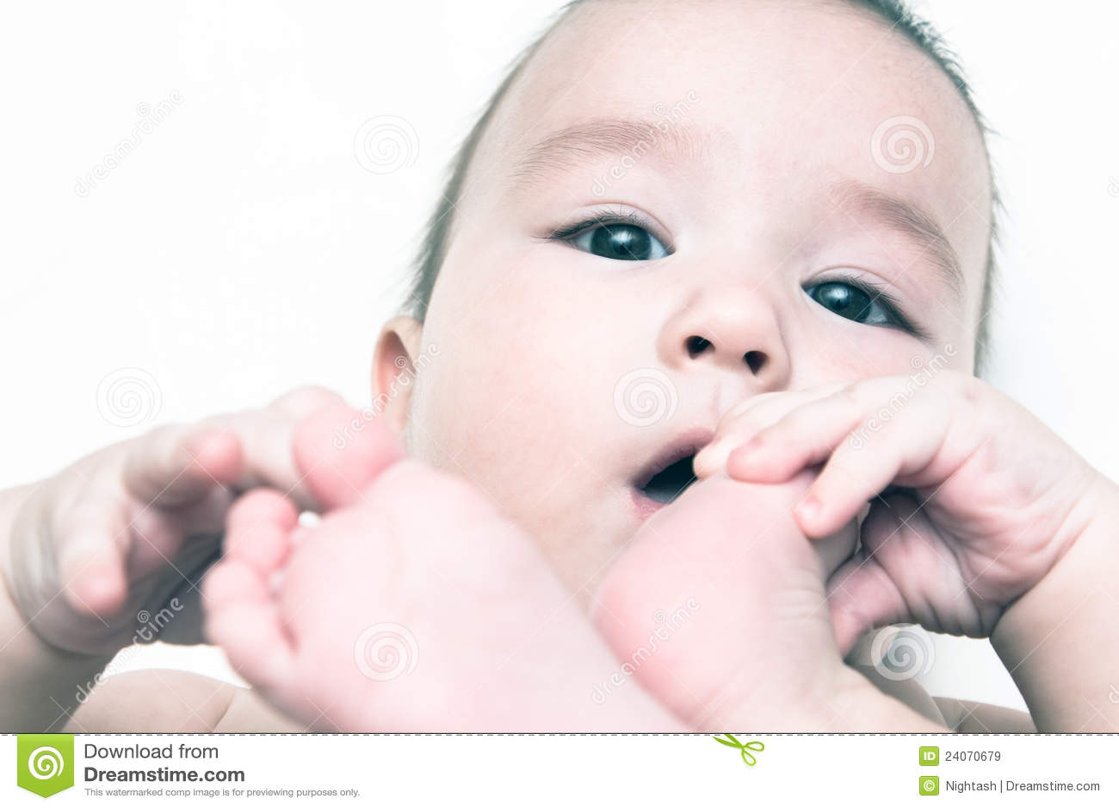 De baby zuigt zijn voet royalty vrije stock afbeeldingen afbeelding 24070679 - Baby voet verkoop ...