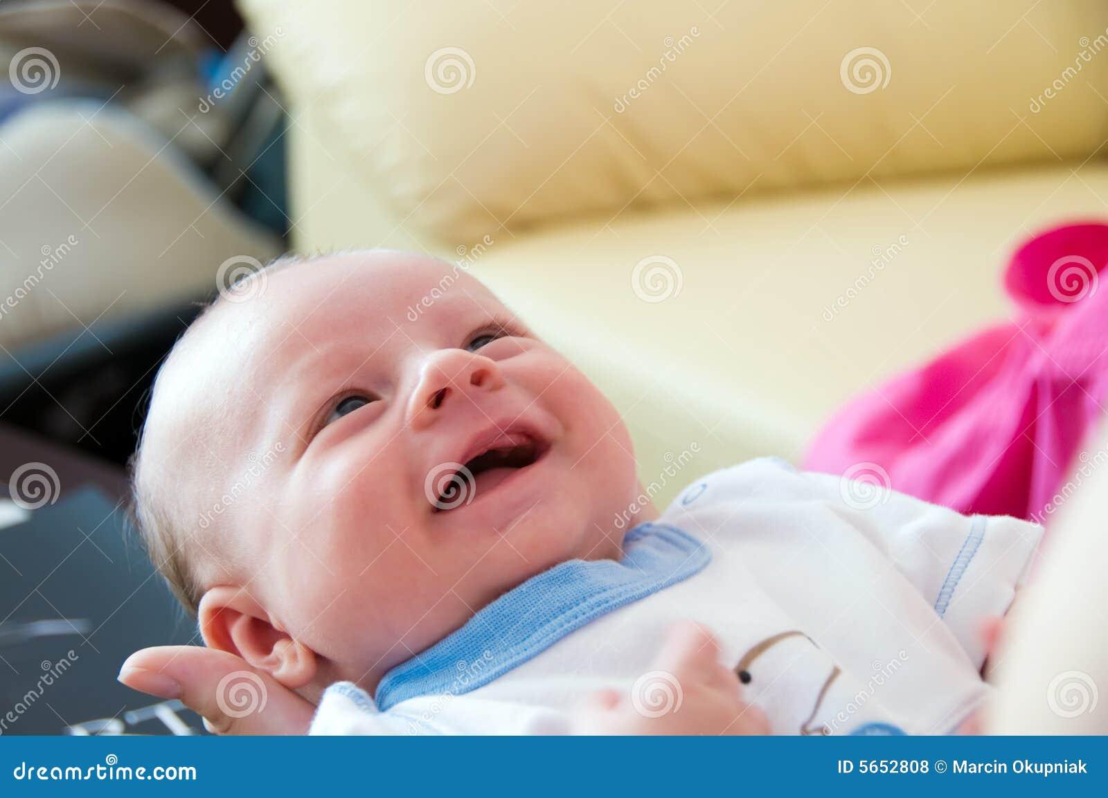 De babyglimlach van zes weken
