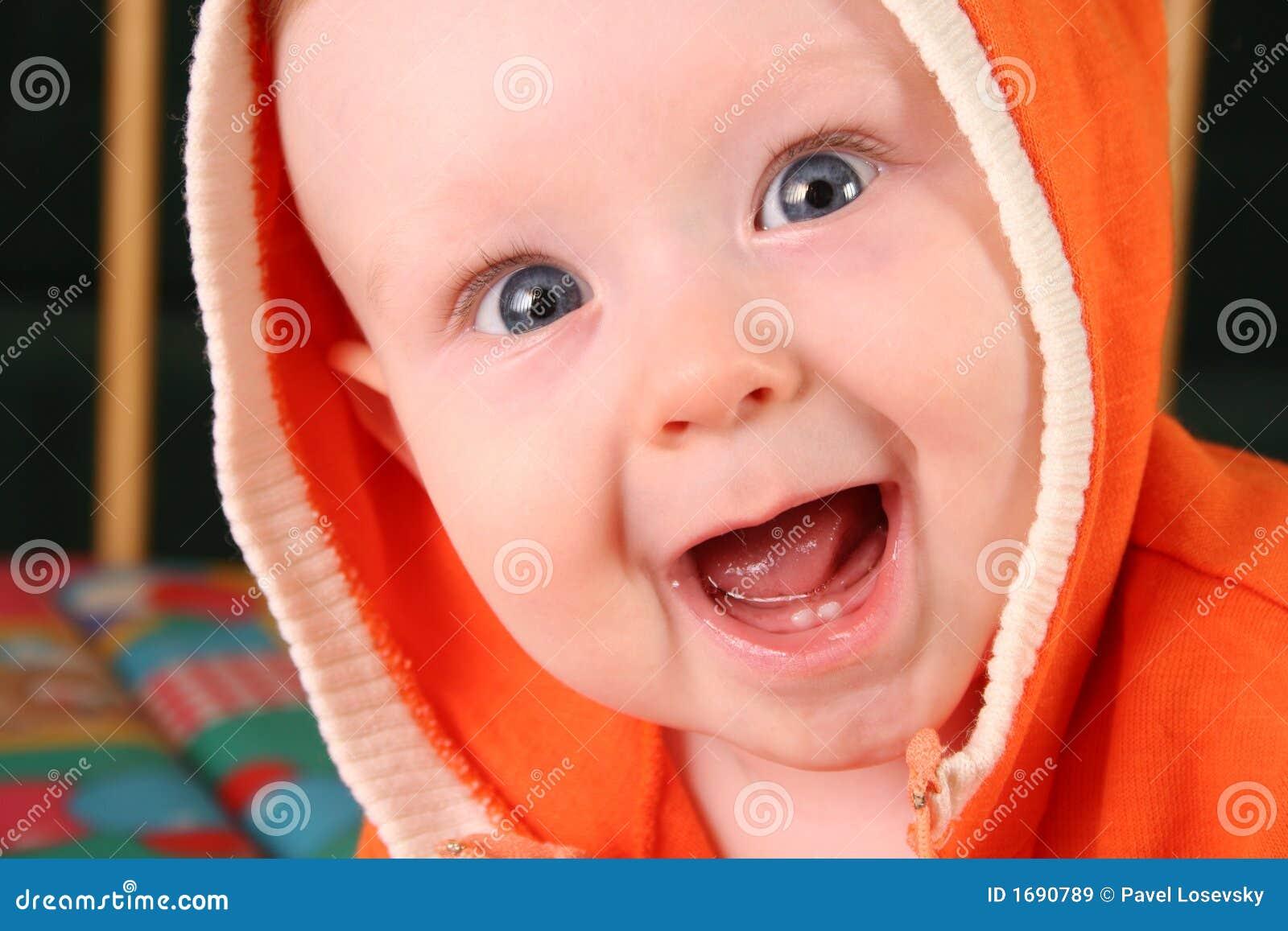 De babyjongen van de glimlach