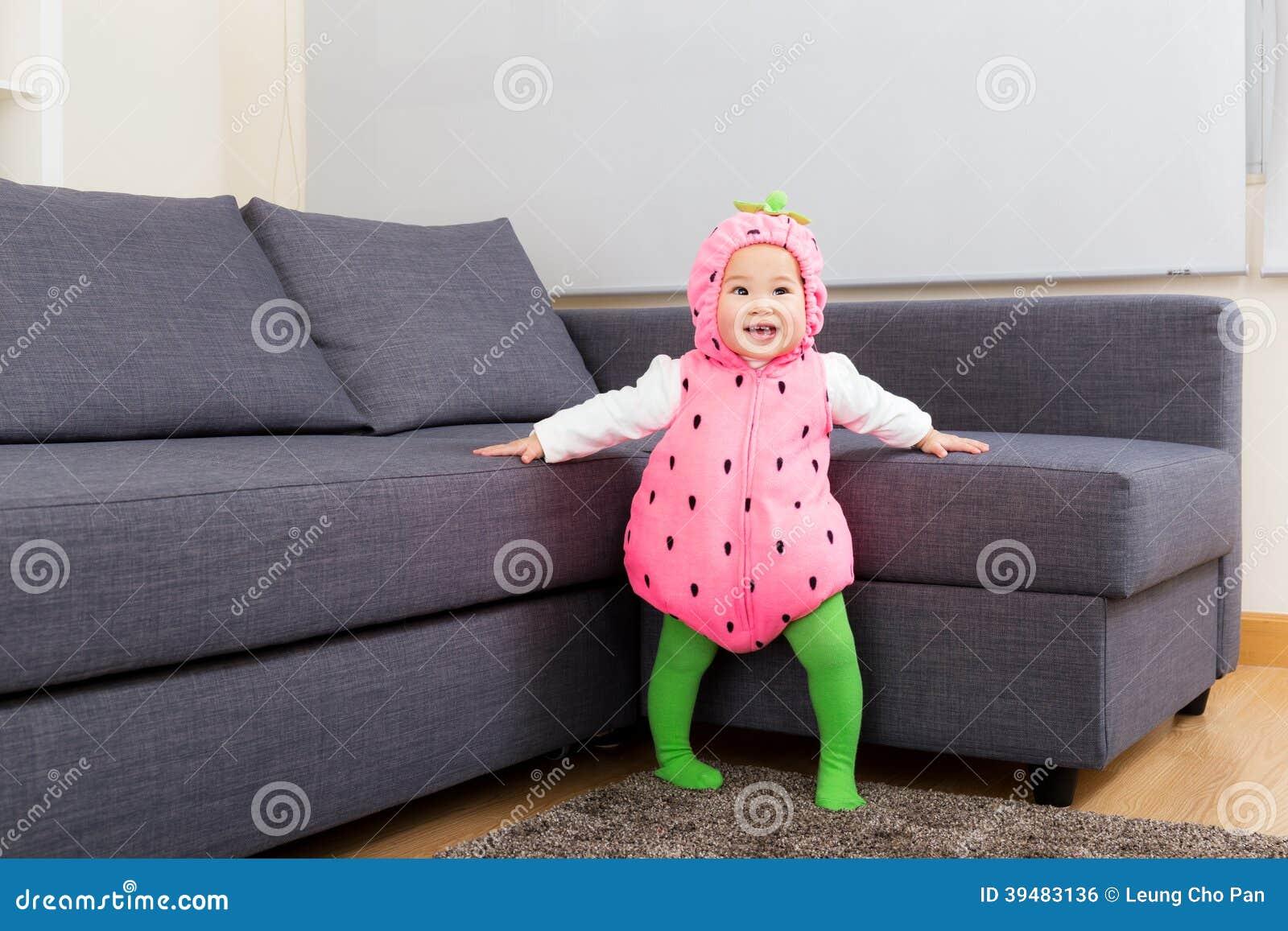 De babymeisje van Azië met aardbeivulling