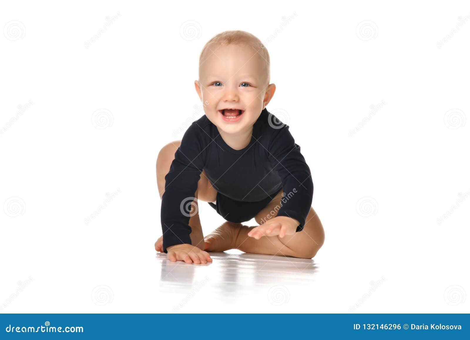 De babypeuter van het zuigelingskind het kruipende gelukkige kijken recht geïsoleerd op een witte achtergrond