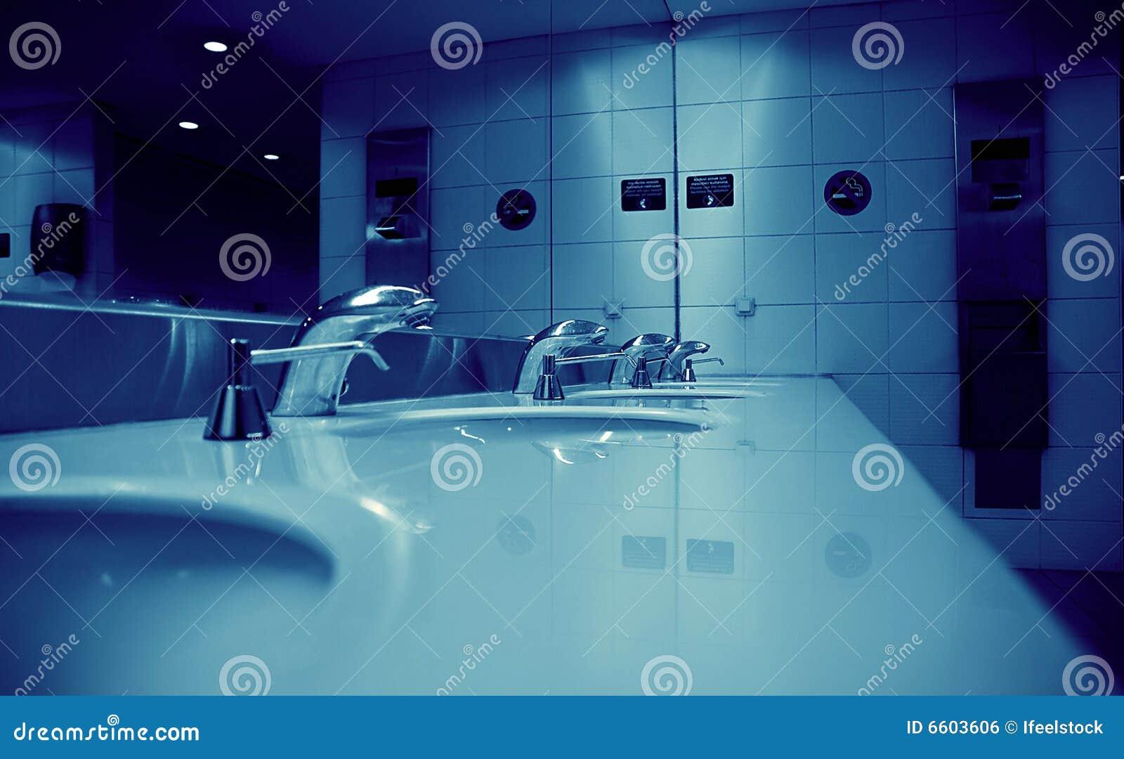 De Badkamers van de luchthaven