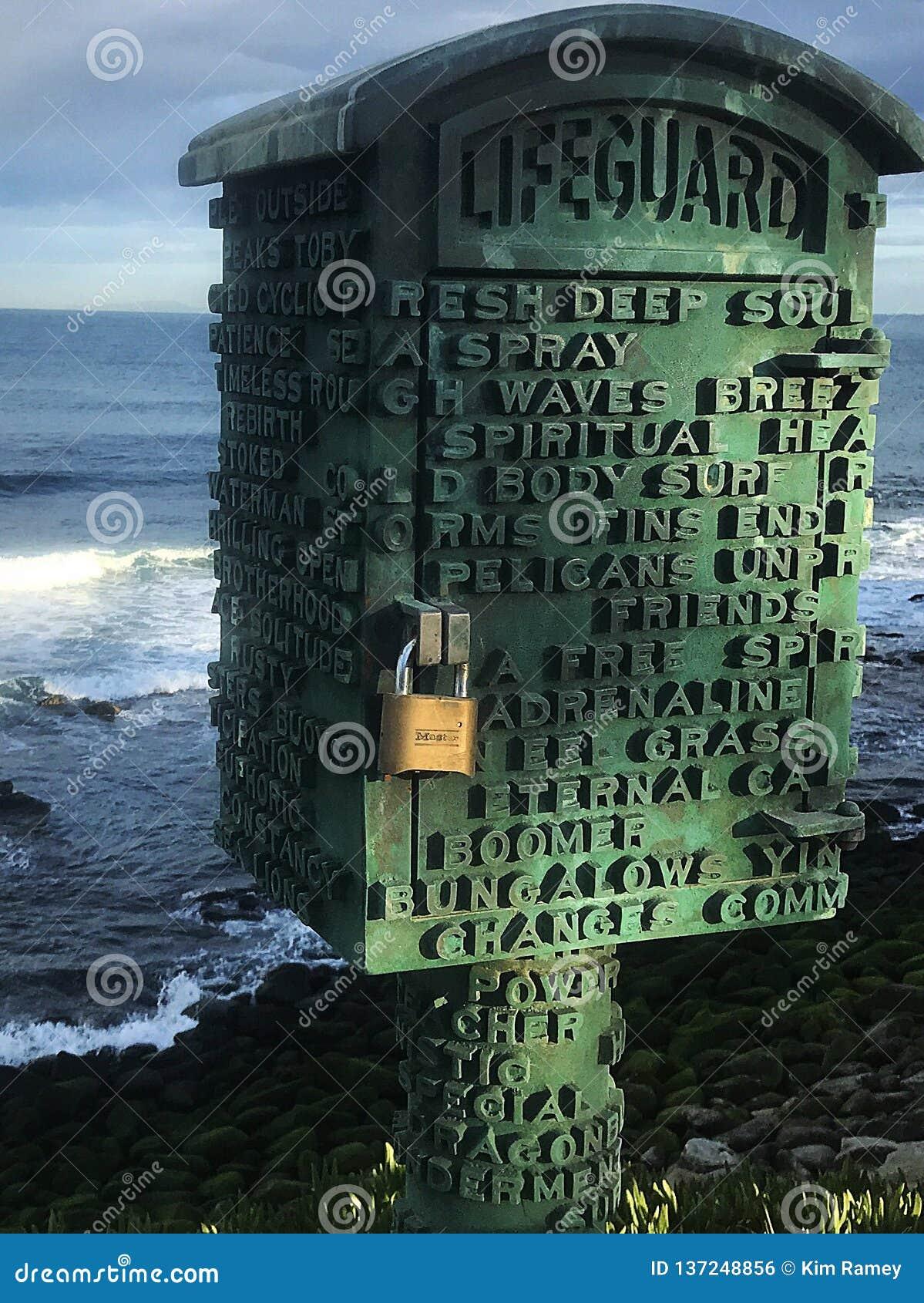 De badmeester lockboxes verstrekt visuele rente langs het strand in La Jolla Januari 2018
