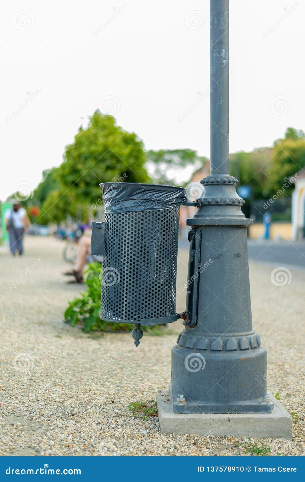 De bak van het straatafval het hangen op de lamppost