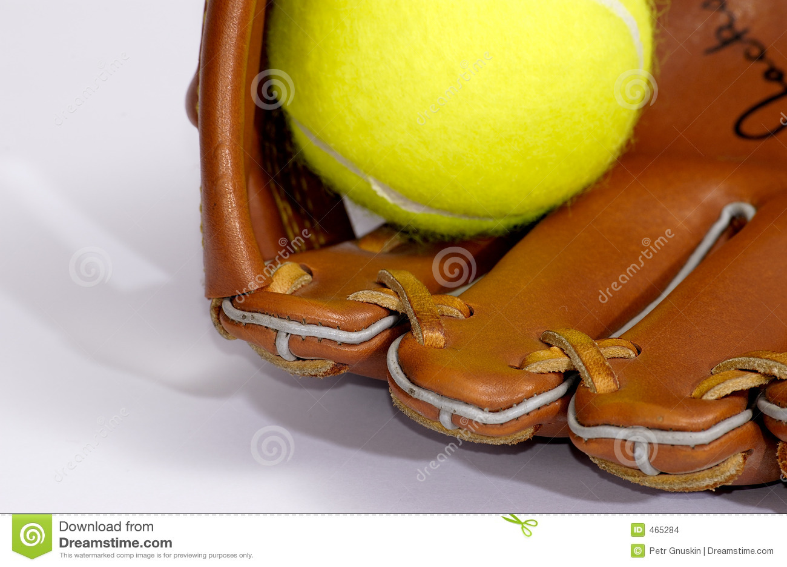 De bal en de handschoen van het tennis