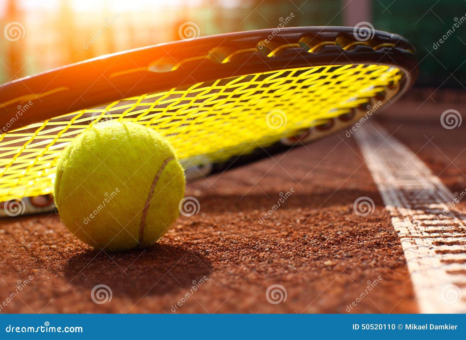 De bal van het tennis op een tennisbaan