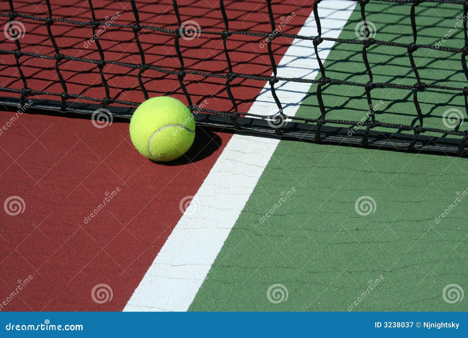 De bal van het tennis uit grenzen royalty vrije stock fotografie afbeelding 3238037 - Sterke witte werpen en de bal ...