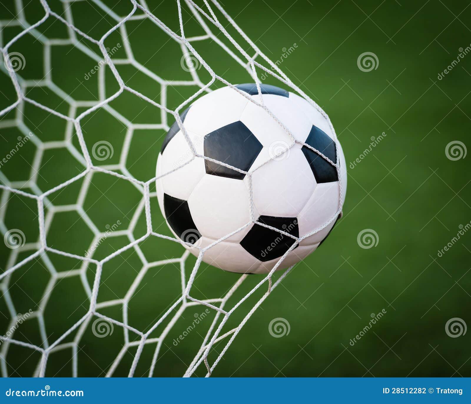 De bal van het voetbal in netto doel