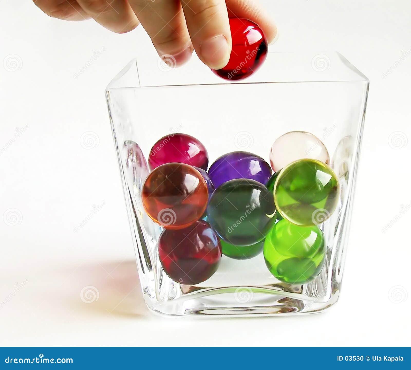 De ballen van het bad in een container