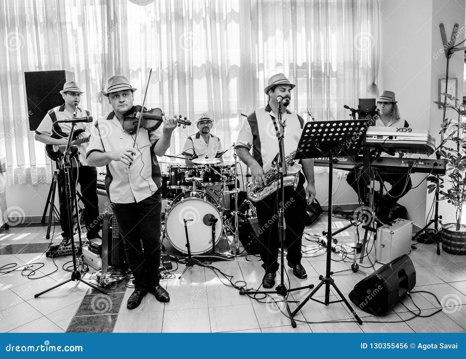 De band van de jazzmuziek presteert bij de club