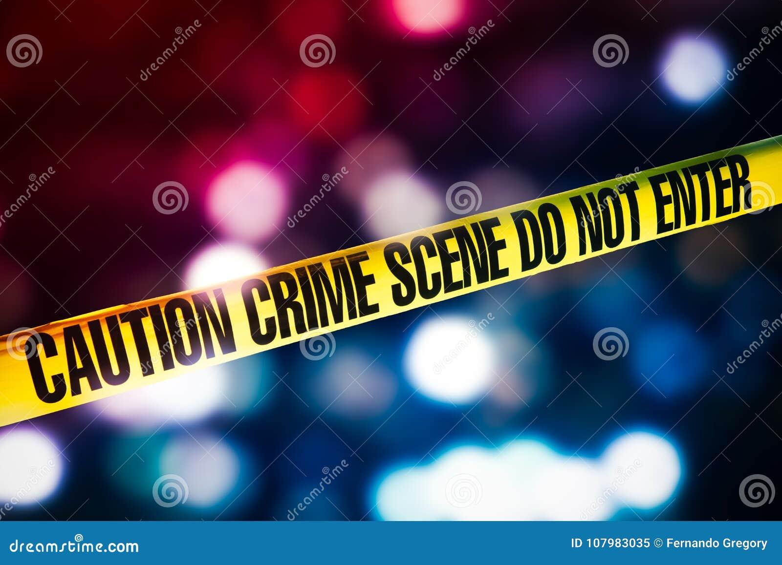 De band van de misdaadscène met rode en blauwe lichten op de achtergrond