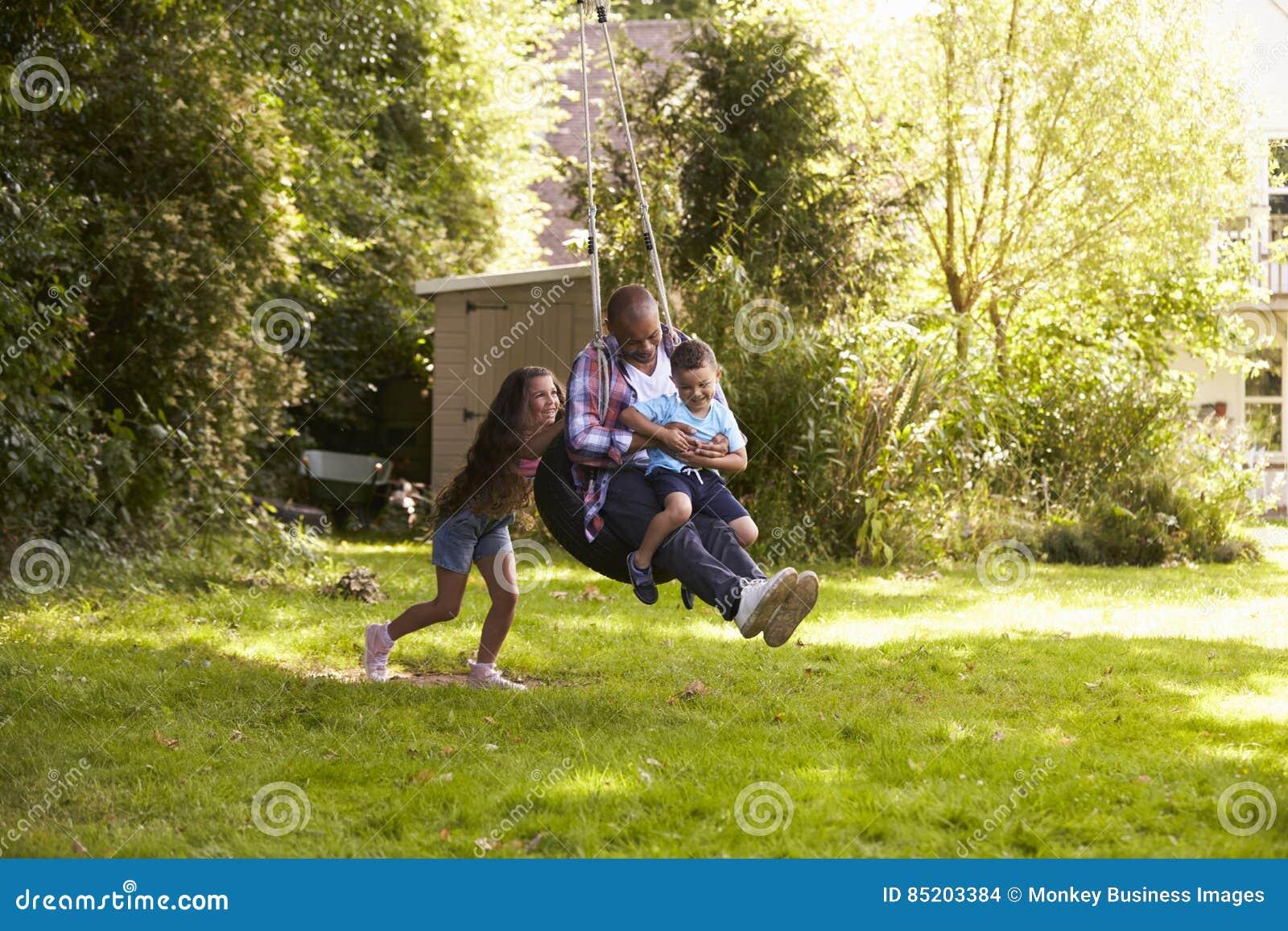 De Bandschommeling van And Son On van de dochter Duwende Vader in Tuin