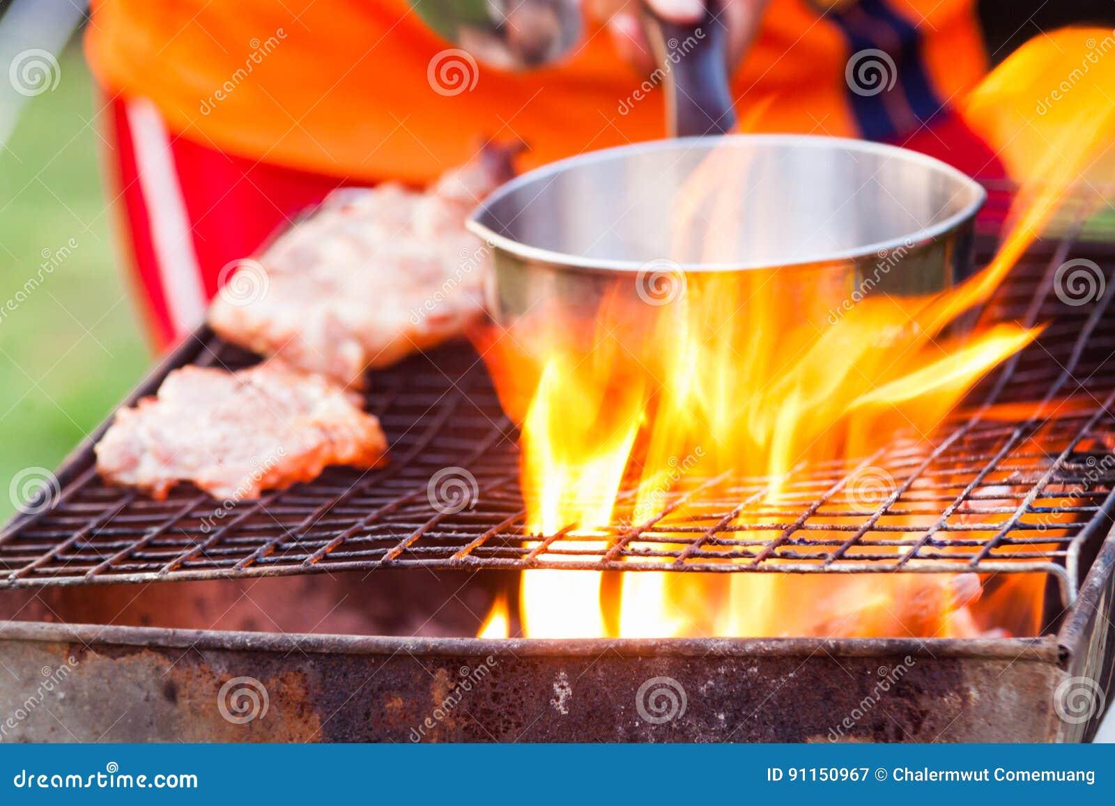 De barbecue op een eenvoudige manier in wildernis, verzamelt stenen als grill