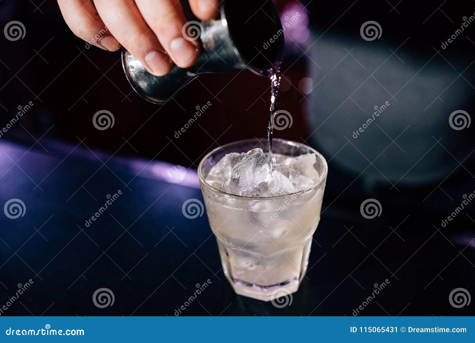 De barman bereidt een cocktail voor