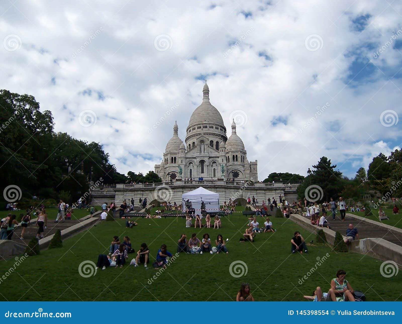 De Basiliek van Sacrecoeur in de zomerdag Grote middeleeuwse kathedraal 05 augustus, 2009, Parijs, Frankrijk, Europa