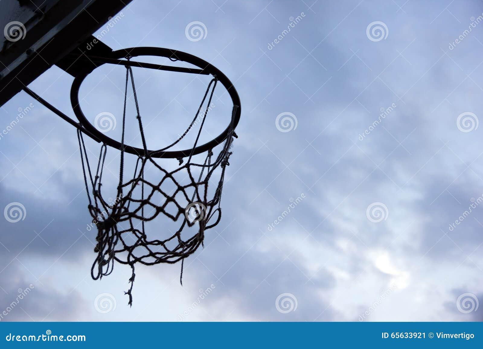 But de basket-ball Silhouette d un anneau et d un filet de basket-ball sur le ciel